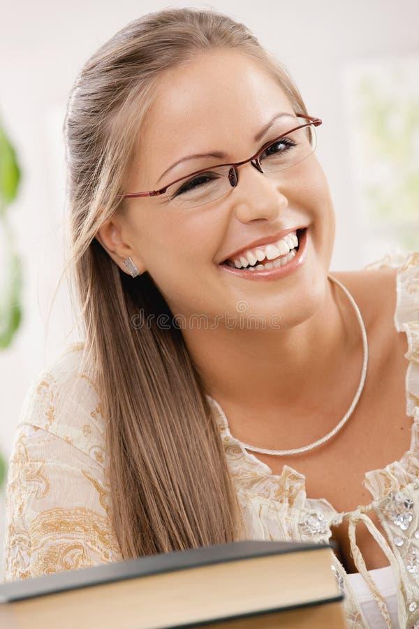 Portret van gelukkig studentenmeisje stock foto's
