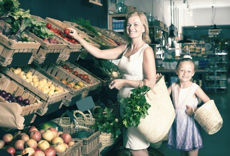Portret van gelukkig vrouw en meisje die graag winkelen stock afbeelding