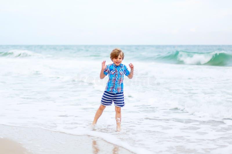 Portret van gelukkig weinig jong geitjejongen op het strand van oceaan Grappig leuk kind die vakanties maken en van de zomer geni royalty-vrije stock fotografie