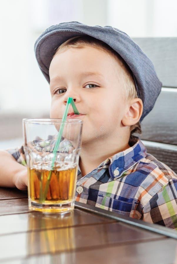 Portret van gelukkig weinig jongen het drinken sap stock foto