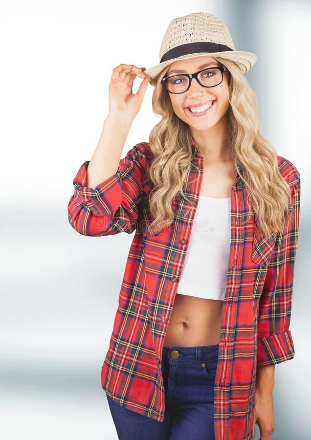Portret van gelukkig wijfje die hipster zonhoed en plaidoverhemd dragen stock afbeeldingen