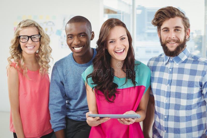 Portret van gelukkige bedrijfsberoeps die tablet gebruiken stock foto's
