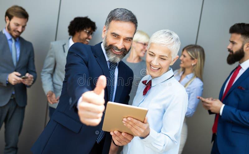 Portret van gelukkige bedrijfsmensen Concept financieel, verzekering en marketing zaken stock afbeeldingen