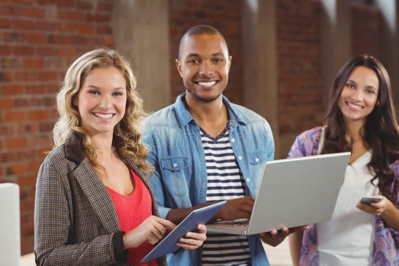 Portret van gelukkige bedrijfsmensen die technologieën gebruiken stock foto's