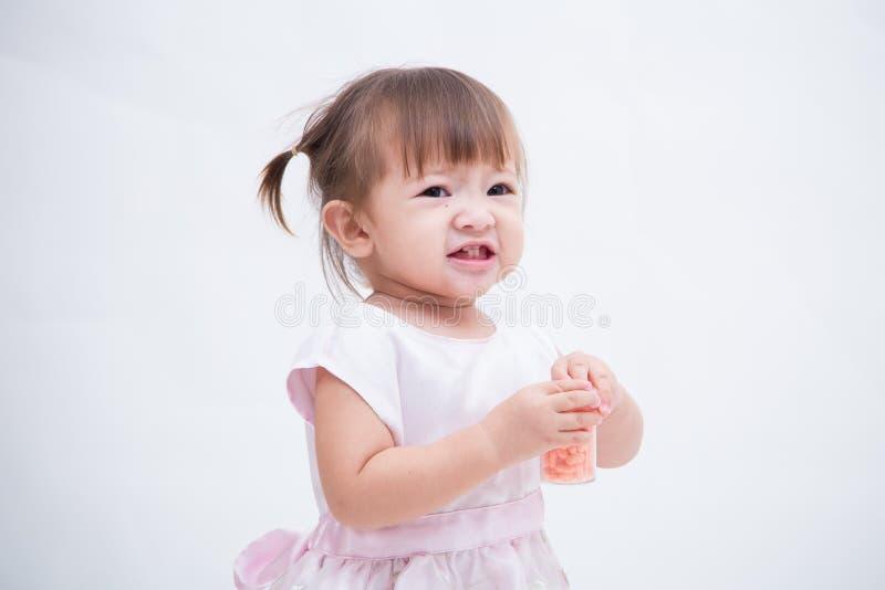 Portret van gelukkige blije lachende glimlachende die baby op wit wordt geïsoleerd royalty-vrije stock afbeeldingen