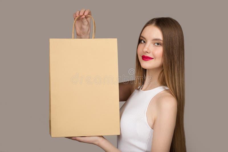 Portret van gelukkige charmante vrouwenholding het winkelen zakken royalty-vrije stock foto's