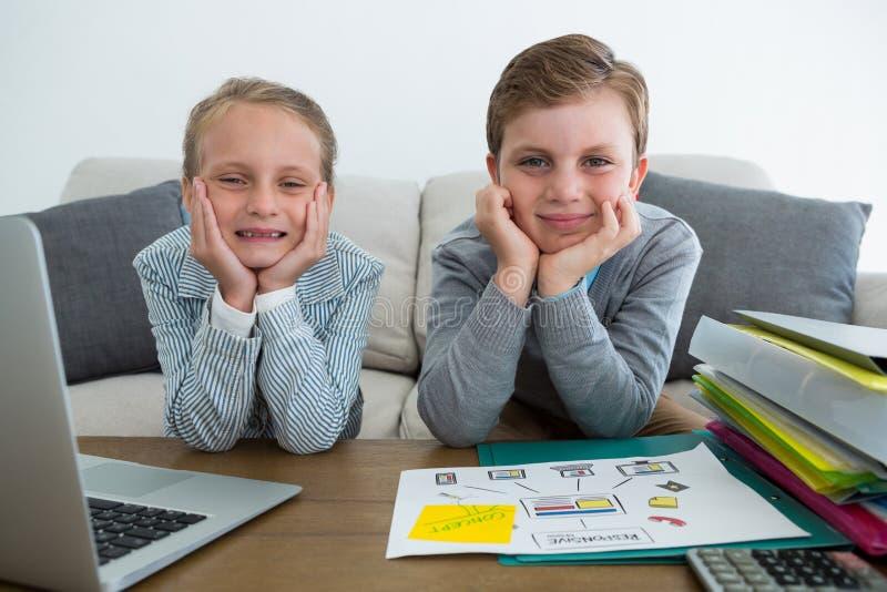 Portret van gelukkige collega's met handen op kinzitting op bank royalty-vrije stock foto