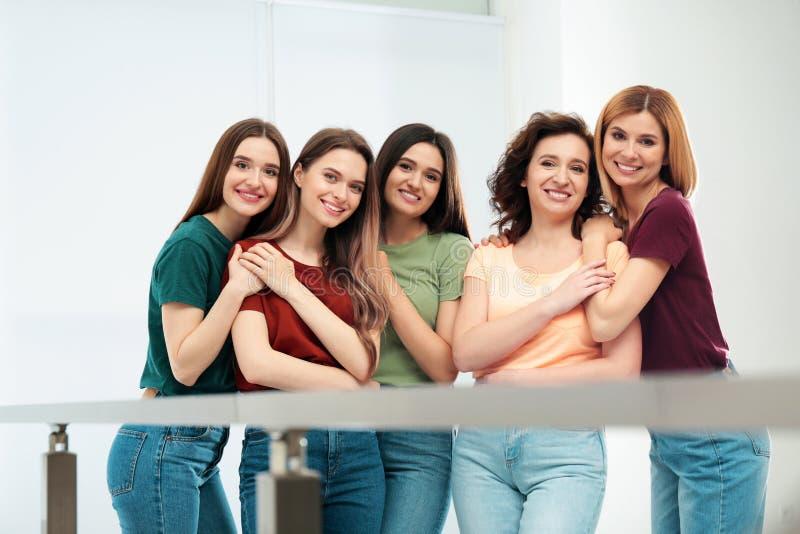Portret van gelukkige dames binnen Vrouwenmacht stock afbeelding