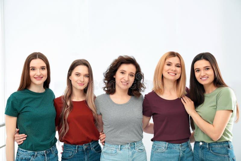Portret van gelukkige dames het concept van de vrouwenmacht stock afbeelding