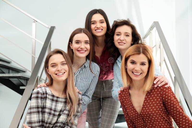 Portret van gelukkige dames op treden het concept van de vrouwenmacht royalty-vrije stock fotografie
