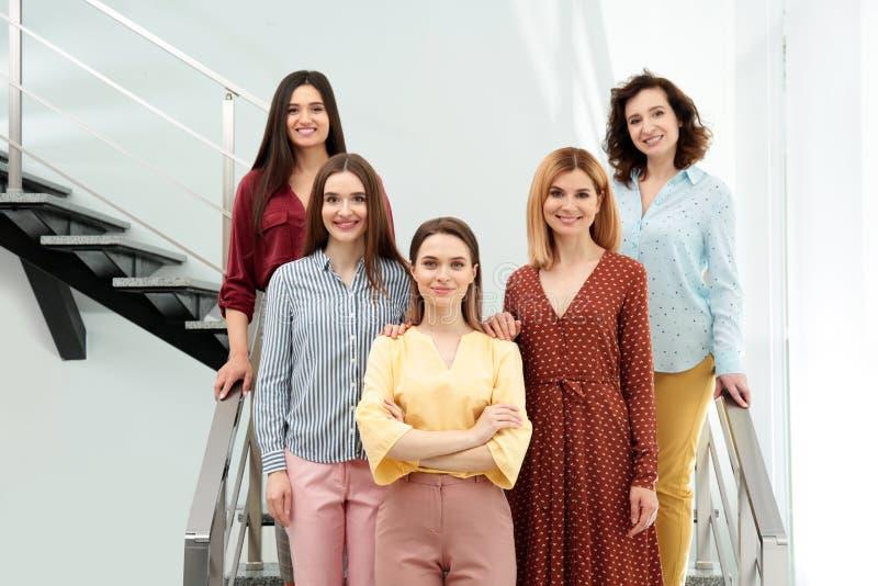 Portret van gelukkige dames op treden het concept van de vrouwenmacht stock fotografie
