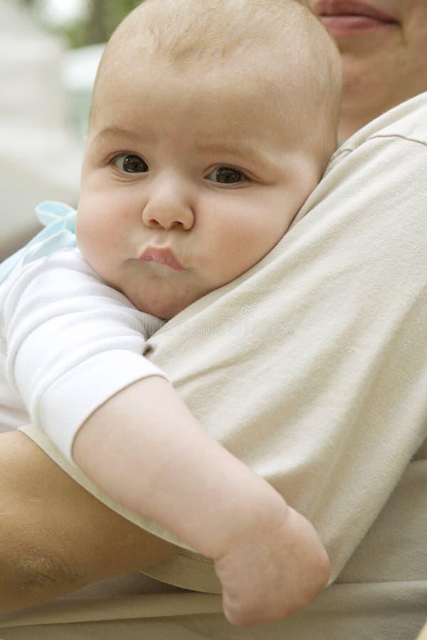 Portret van gelukkige ernstige peinzende pasgeboren baby royalty-vrije stock foto