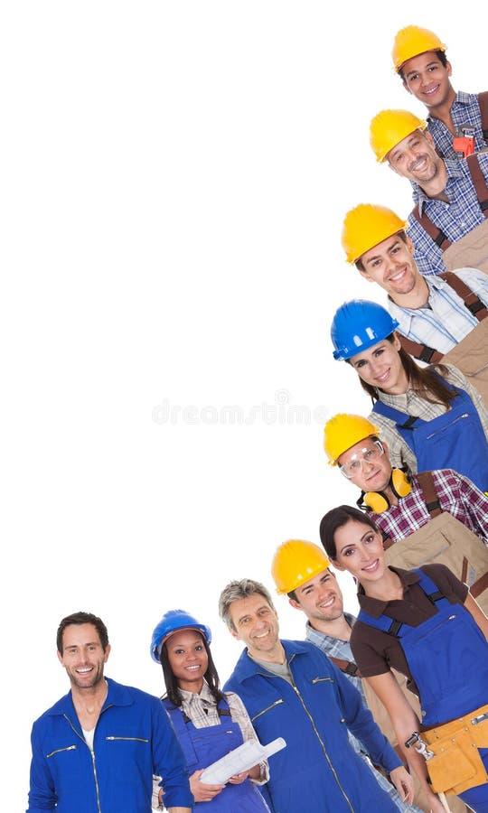 Portret van gelukkige fabrieksarbeiders stock fotografie