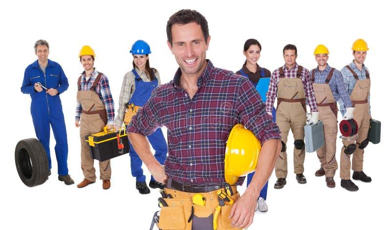 Portret van gelukkige fabrieksarbeiders stock afbeeldingen