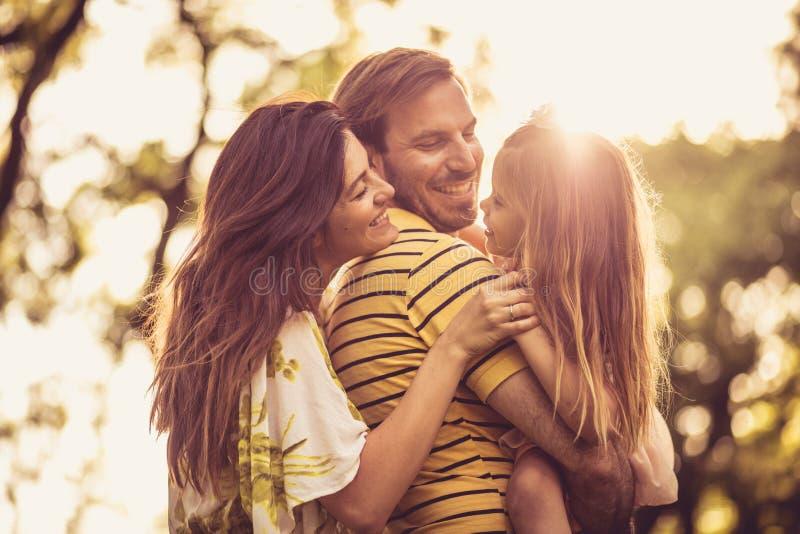 Portret van gelukkige familie bij lentetijd royalty-vrije stock afbeeldingen