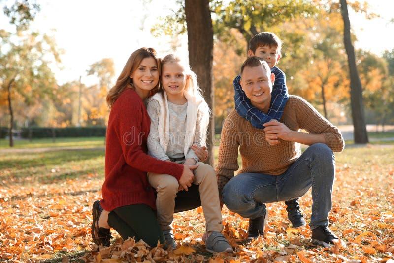 Portret van gelukkige familie in de herfstpark royalty-vrije stock fotografie