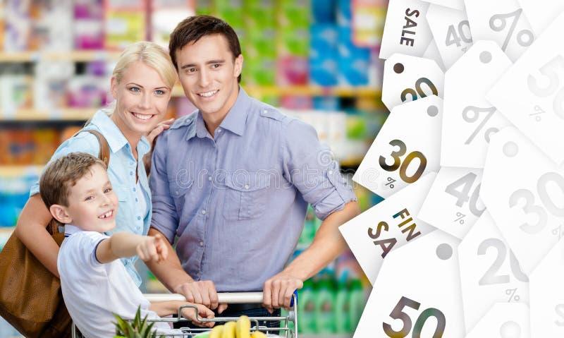 Portret van gelukkige familie in de winkel stock afbeelding