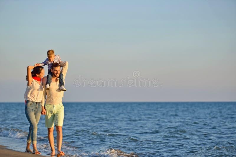 Portret van gelukkige familie en baby die van zonsondergang in de de zomervrije tijd genieten royalty-vrije stock fotografie