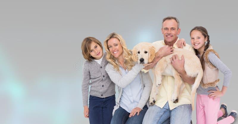 Portret van gelukkige familie met hond tegen grijze achtergrond royalty-vrije stock foto