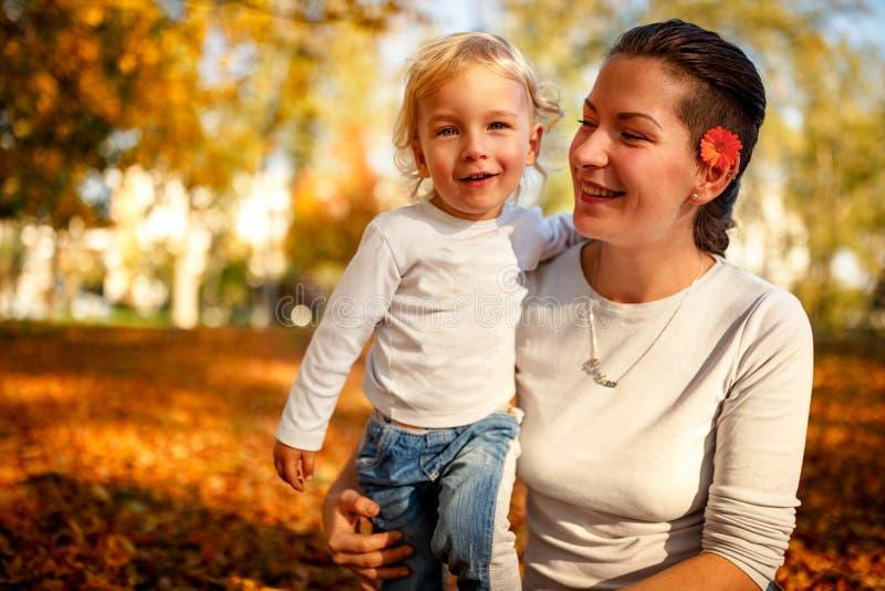 Portret van gelukkige familie - Moeder met haar zoon het besteden binnen tijd stock afbeeldingen
