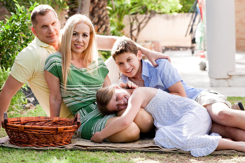 Portret van gelukkige familie, in openlucht royalty-vrije stock fotografie