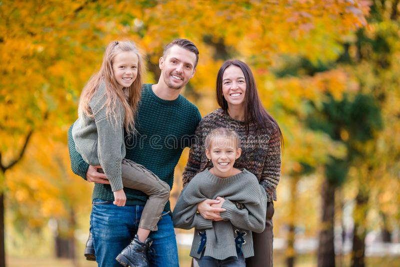 Portret van gelukkige familie van vier in de herfst royalty-vrije stock foto