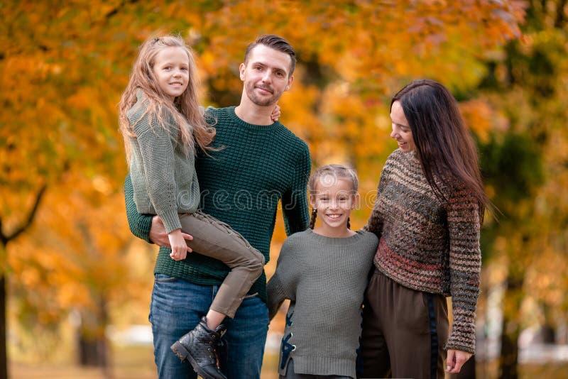 Portret van gelukkige familie van vier in de herfstdag royalty-vrije stock foto