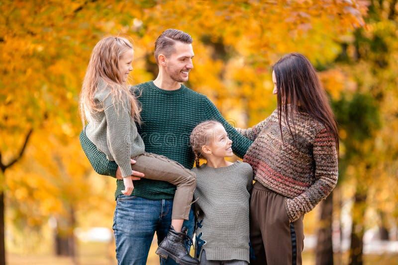 Portret van gelukkige familie van vier in de herfstdag stock afbeelding