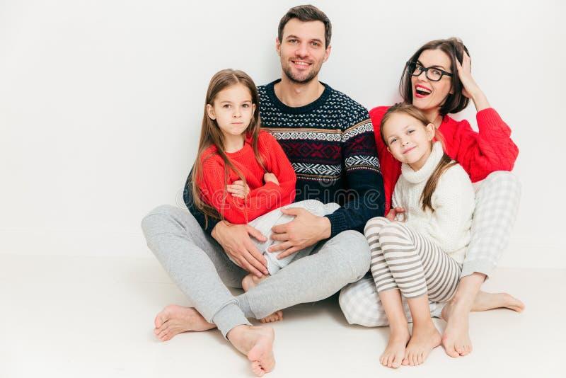 Portret van gelukkige familie van vier leden: aantrekkelijk brunette wo stock foto's