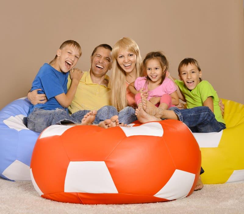 Portret van gelukkige familie van vijf die pret in een ruimte hebben royalty-vrije stock foto's