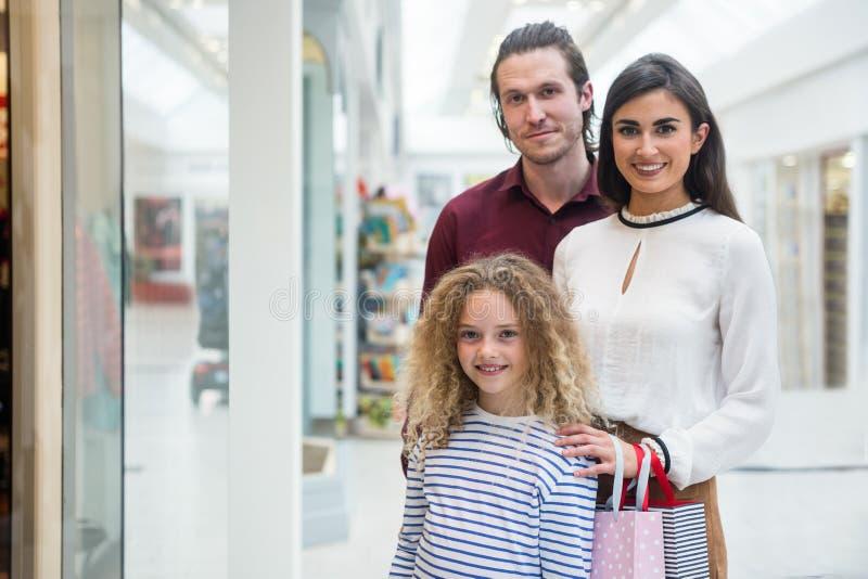 Portret van gelukkige familie in winkelcomplex royalty-vrije stock foto's