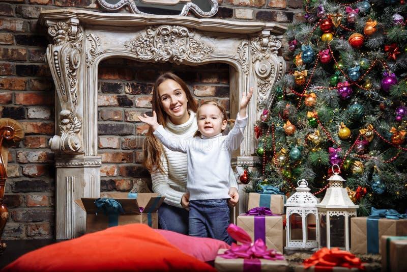 Portret van gelukkige familiemoeder en dochter dichtbij een Kerstboom royalty-vrije stock foto's