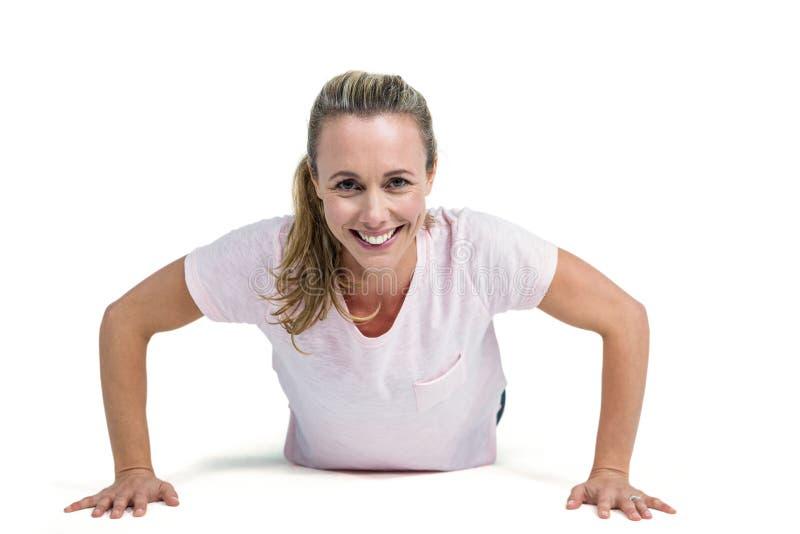 Portret van gelukkige geschikte vrouw die duw UPS doen royalty-vrije stock foto