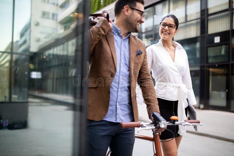 Portret van gelukkige glimlachende bedrijfsmensen die in de stad spreken royalty-vrije stock afbeelding