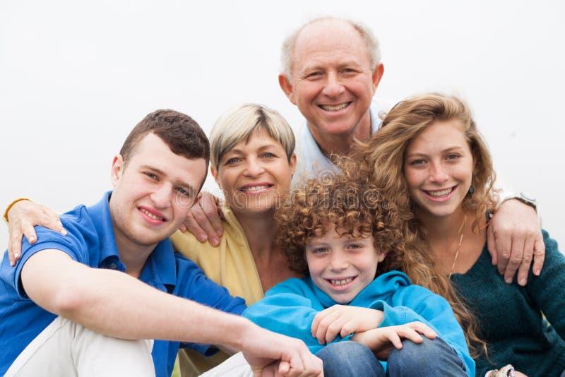Portret van gelukkige glimlachende familie royalty-vrije stock afbeelding