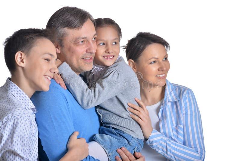 Portret van gelukkige glimlachende familie van vier die stellen royalty-vrije stock foto's