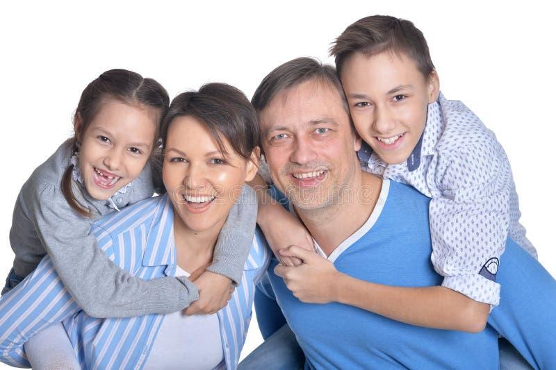 Portret van gelukkige glimlachende familie van vier die stellen royalty-vrije stock foto