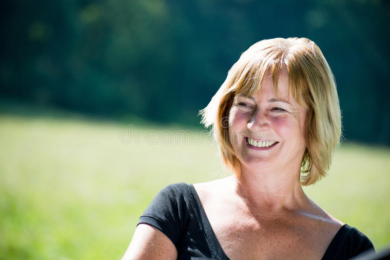 Het glimlachen rijp vrouwen openluchtportret royalty-vrije stock foto