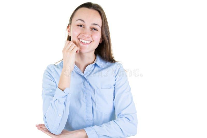 Portret van gelukkige glimlachende jonge bedrijfs mooie die vrouw, over witte achtergrond wordt geïsoleerd die camera met beschi royalty-vrije stock foto's