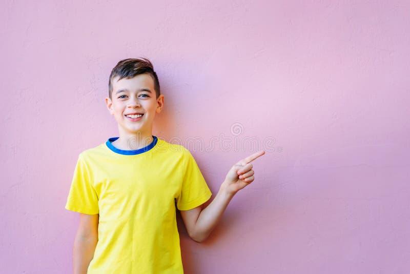 Portret van Gelukkige glimlachende jongen stock foto