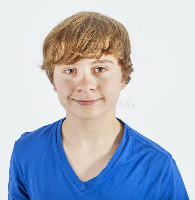Portret van gelukkige glimlachende jongen met blauw overhemd royalty-vrije stock fotografie