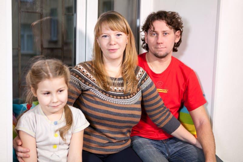 Portret van gelukkige glimlachende Kaukasische familie: papa, mamma en dochter royalty-vrije stock foto's