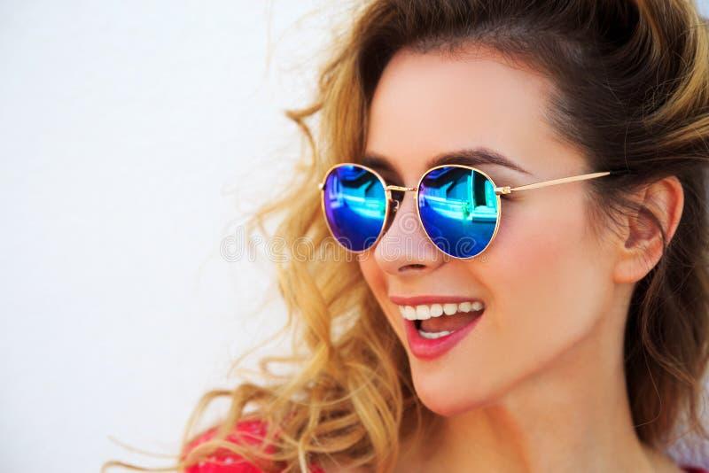 Portret van Gelukkige Glimlachende Maniervrouw royalty-vrije stock foto's