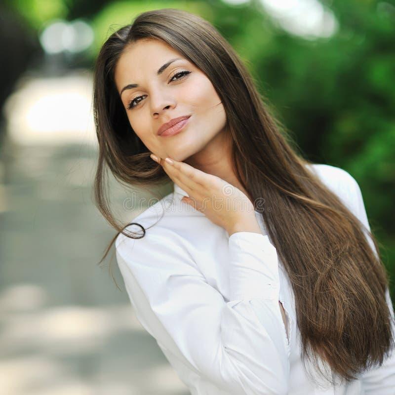 Portret van gelukkige glimlachende mooie jonge vrouw wat betreft huid stock afbeeldingen