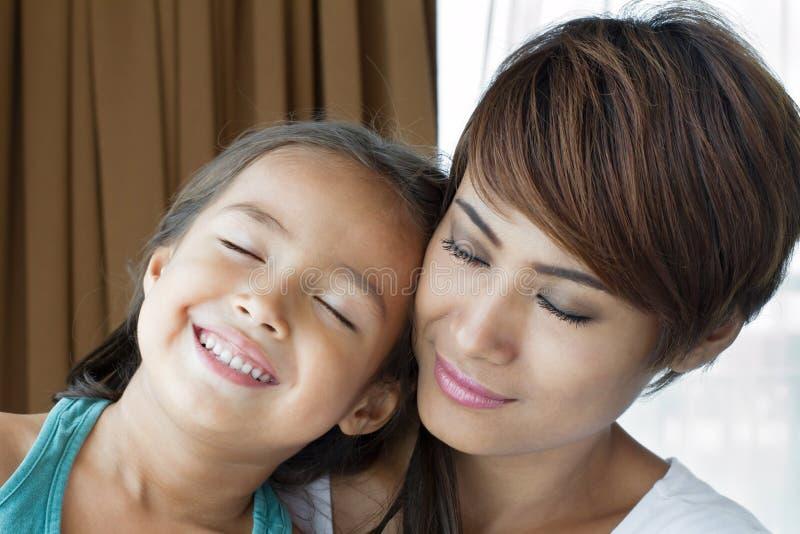 Portret van gelukkige, glimlachende, positieve familie Moeder en dochter royalty-vrije stock foto's