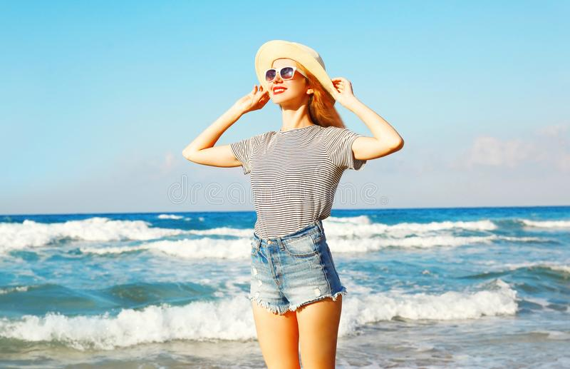 Portret van gelukkige glimlachende vrouw op het strand over overzees bij de zomer stock foto