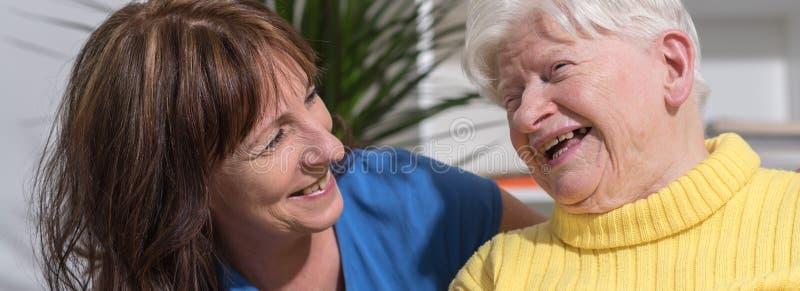 Portret van gelukkige grootmoeder met haar dochter royalty-vrije stock fotografie