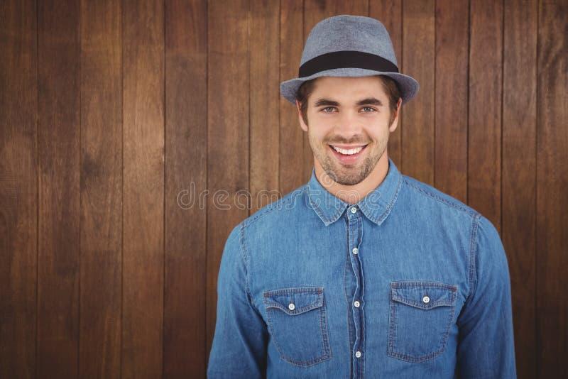 Portret van gelukkige hipster die hoed dragen stock afbeelding