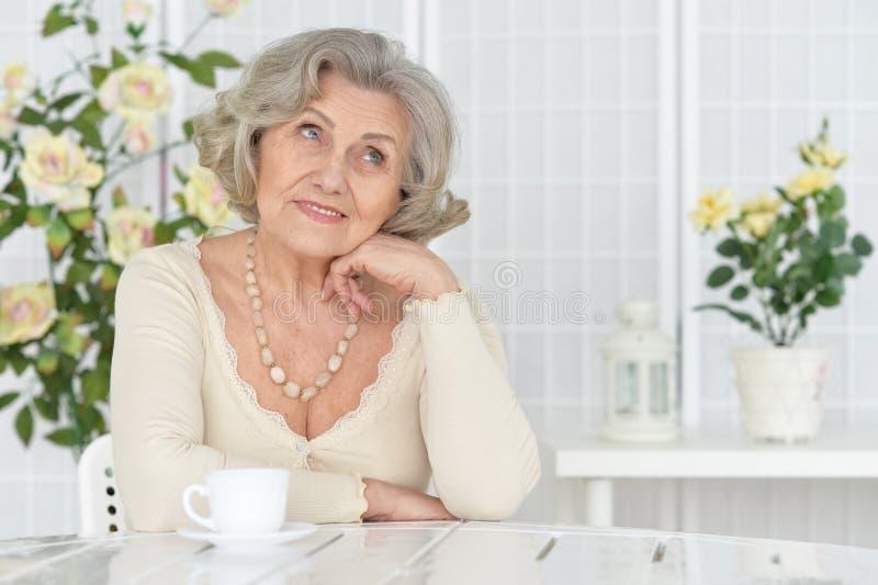 Portret van gelukkige hogere vrouw het drinken thee stock foto