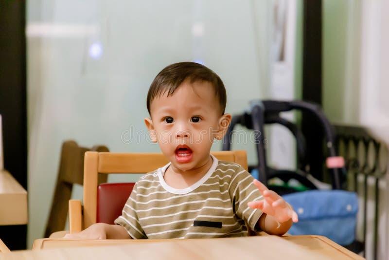 Portret van Gelukkige Jonge Babyjongen als Hoge Voorzitter Kindzitting bij lege lijst Het concept van de babyvoeding Het ontwerp  royalty-vrije stock afbeeldingen